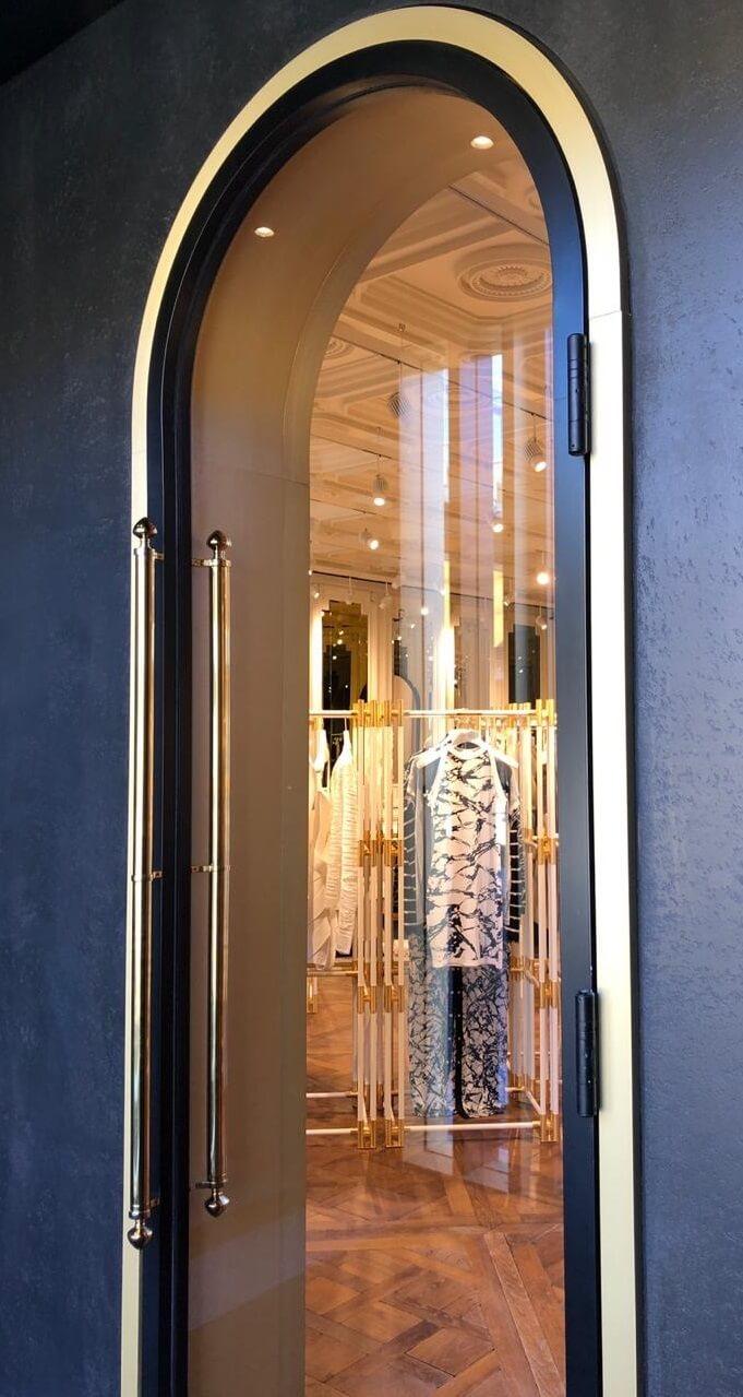 self-closing hinge-arched door